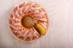 Gugelhupf mit Glasur auf Platte lizenzfreies stockfoto