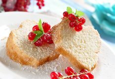 Gugelhupf. Poundcake with fresh red currants Royalty Free Stock Image