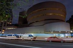 Guggenheim museum p? natten arkivbilder