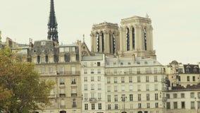 Guglia della cattedrale famosa di Notre-Dame e di vecchie case residenziali a Parigi, Francia Fotografia Stock