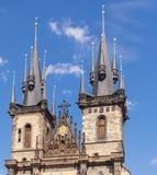 Guglia della chiesa della repubblica Ceca, Praga Tyn, 2017 08 01 Bella cattedrale della costruzione storica a Praga Fotografia Stock