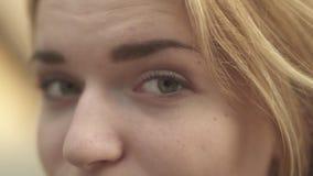 Guiñando ojos de un cierre de la muchacha para arriba metrajes