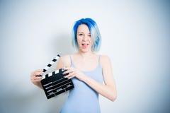 Guiño adolescente de la muchacha del inconformista con la chapaleta de la película Foto de archivo