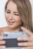 Guiño de la mujer de la muchacha que toma la imagen de Selfie Imagen de archivo