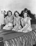 Guiño de tres mujeres jovenes (todas las personas representadas no son vivas más largo y ningún estado existe Garantías del prove Imágenes de archivo libres de regalías