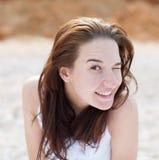 Guiños de la mujer joven fotografía de archivo libre de regalías