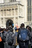 Guia com os alunos fora da catedral de Canterbury Imagem de Stock Royalty Free