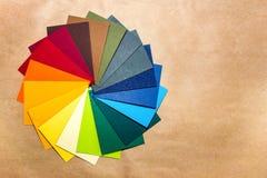 Guia da paleta de cor Catálogo de papel textured colorido da amostra de folha das amostras Cores brilhantes e suculentas do arco- foto de stock