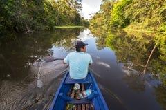 Guia da selva no rio imagens de stock