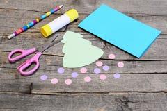Guia de cartão do Natal etapa Árvore de Natal e ornamento das bolas do papel colorido, lápis, vara da colagem, tesouras na tabela Imagens de Stock Royalty Free