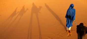 Guia do Berber e a sombra de uma caravana fotografia de stock