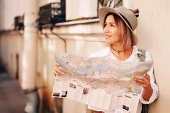 Guia do curso Viajante fêmea novo com trouxa e com o mapa na rua conceito do curso Fotografia de Stock Royalty Free