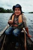 Guia local no rio em uma canoa fotografia de stock royalty free