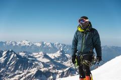 Guia profissional - montanhista na cimeira coberto de neve do vulcão do sono de Elbrus Imagens de Stock Royalty Free