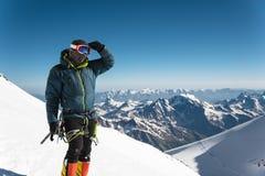 Guia profissional - montanhista na cimeira coberto de neve do vulcão do sono de Elbrus Imagem de Stock