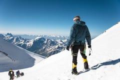 Guia profissional - montanhista na cimeira coberto de neve do vulcão do sono de Elbrus Fotografia de Stock