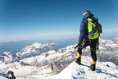 Guia profissional - montanhista na cimeira coberto de neve do vulcão do sono de Elbrus Fotografia de Stock Royalty Free