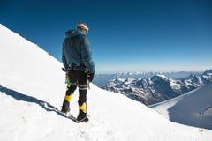 Guia profissional - montanhista na cimeira coberto de neve do vulcão do sono de Elbrus Foto de Stock