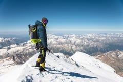 Guia profissional - montanhista na cimeira coberto de neve do vulcão do sono de Elbrus Fotos de Stock Royalty Free