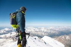 Guia profissional - montanhista na cimeira coberto de neve do vulcão do sono de Elbrus Imagem de Stock Royalty Free