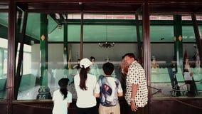 Guia turística que explica coleções da estátua no museu video estoque