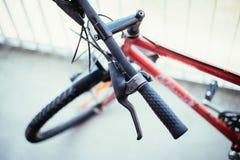 Guiador da bicicleta e rupturas, reparo da bicicleta, fundo borrado imagens de stock royalty free
