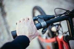 Guiador da bicicleta e rupturas, reparo da bicicleta, fundo borrado fotos de stock