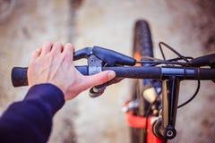 Guiador da bicicleta e rupturas, reparo da bicicleta, fundo borrado fotos de stock royalty free