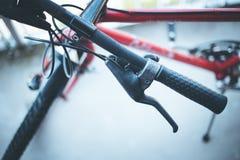 Guiador da bicicleta e rupturas, reparo da bicicleta, fundo borrado fotografia de stock