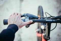 Guiador da bicicleta e rupturas, reparo da bicicleta, fundo borrado imagens de stock