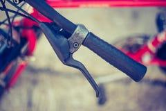 Guiador da bicicleta e rupturas, reparo da bicicleta, fundo borrado foto de stock royalty free
