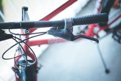 Guiador da bicicleta e rupturas, reparo da bicicleta, fundo borrado imagem de stock royalty free