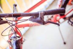 Guiador da bicicleta e rupturas, reparo da bicicleta, fundo borrado fotografia de stock royalty free
