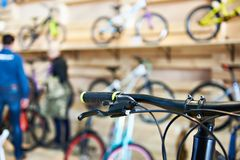 Guiador da bicicleta na loja dos esportes Imagem de Stock