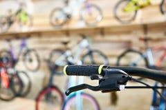 Guiador da bicicleta na loja dos esportes Foto de Stock