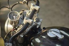 Guiador de uma motocicleta velha deixada a tempo foto de stock royalty free