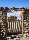 Guichet en métal dans une barrière de brique Image libre de droits