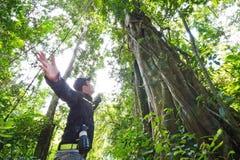 Guid en la selva, en Tailandia Imagenes de archivo