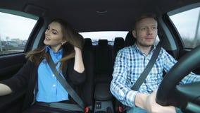 Guida affascinante nell'automobile, ragazza delle coppie che prende selfie divertente, domandarsi dell'uomo archivi video