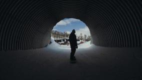Guida attiva dello snowboarder dell'uomo sul pendio stock footage
