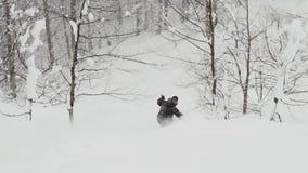 Guida attiva dello snowboarder dell'uomo sulla polvere stock footage