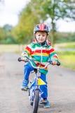 Guida attiva sveglia del ragazzino sulla bici Fotografie Stock