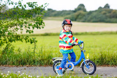 Guida attiva sveglia del ragazzino sulla bici Fotografia Stock Libera da Diritti