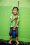 Guida cinese asiatica della bambina su una corda Immagine Stock