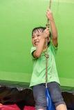 Guida cinese asiatica della bambina su una corda Fotografia Stock