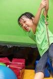Guida cinese asiatica della bambina su una corda Immagini Stock