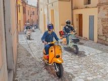 Guida dei motociclisti motorini d'annata Lambretta Fotografie Stock