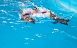 Guida del bambino sui delfini Fotografie Stock Libere da Diritti