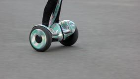 Guida del bambino sul gyroscooter di hoverboard stock footage