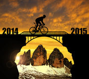 Guida del ciclista attraverso il ponte Immagini Stock